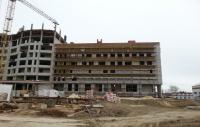 В строящемся корпусе Волгоградского областного онкодиспансера монтируют окна